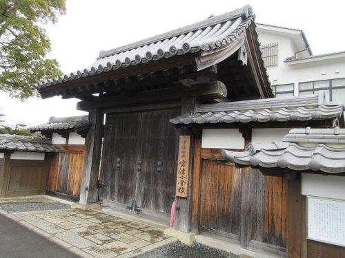 小学校に移築された宮津城の門