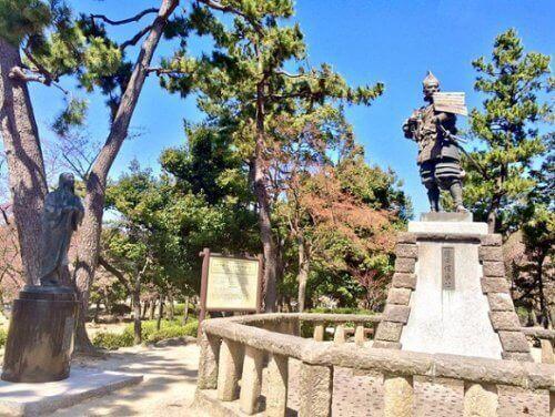 織田信長と濃姫(帰蝶)の銅像