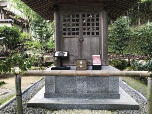 明智光秀公の御霊廟の中の光秀像と桔梗紋