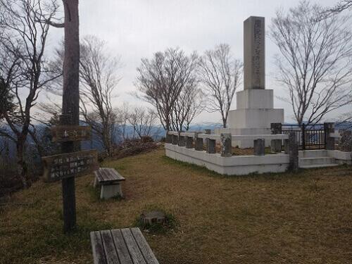 八上城本丸にある波多野秀治の碑石