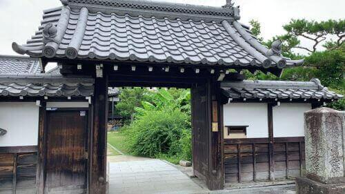 妙教寺の山門/淀古城の石碑がある